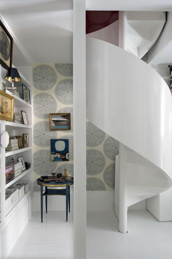 Zimmer mit weißen Spiraltreppen
