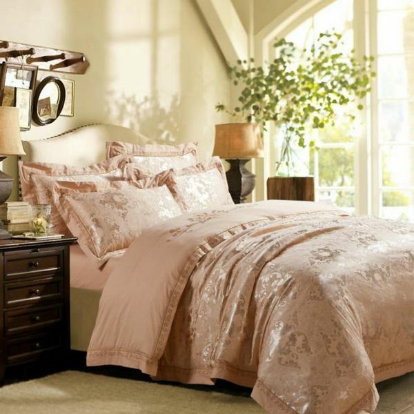 schlafzimmer mit einem bett mit bettbezügen und kissen in zärtlichen farbtönung