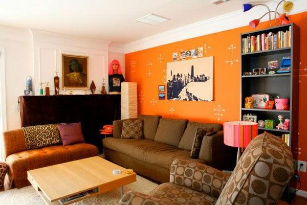 wohnzimmerschrank und zwei sofas im orangen wohnzimmer