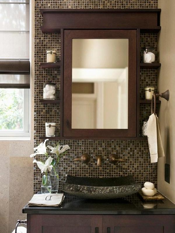 badezimmer mit interessantem waschbecken und einem spiegel mit hölzernem rahmen