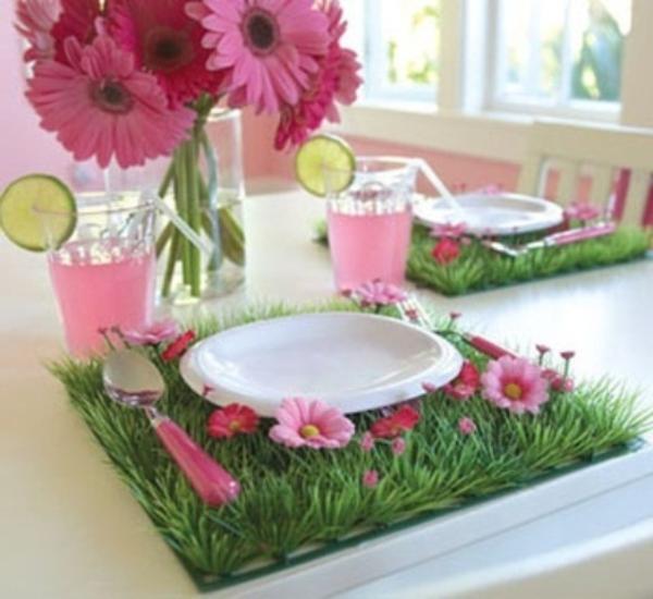 tisch schön dekorieren - rosige blumen weiße porzellanteller