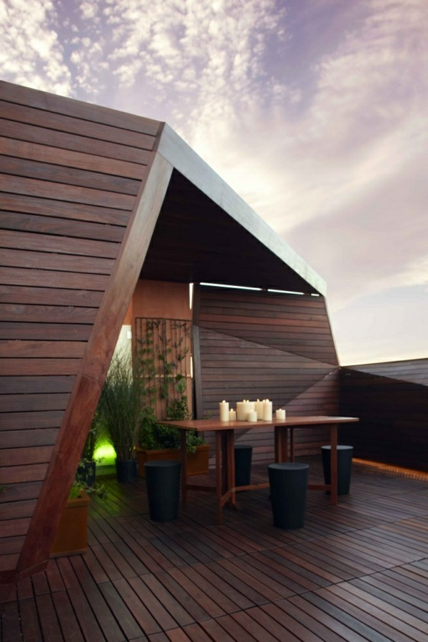 terrassengestaltung mit hölzernen brettern und kerzen
