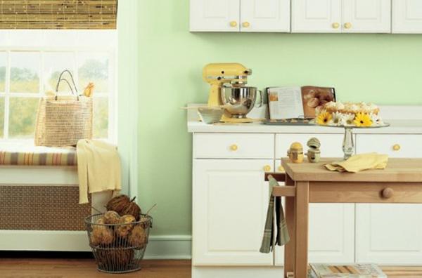 kleine küche schön gestalten - weiße schränke mit einem tisch aus holz kombinieren