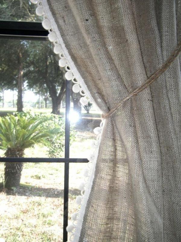 Fenster mit schönen grauen Gardinen, die blickdicht sind