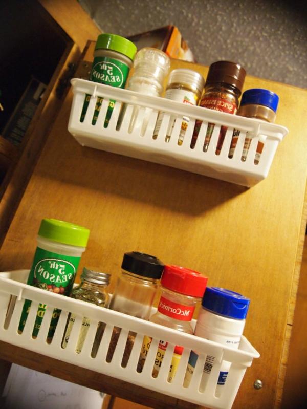 behälter für gewürze  an der schranktür - spart platz in der küche