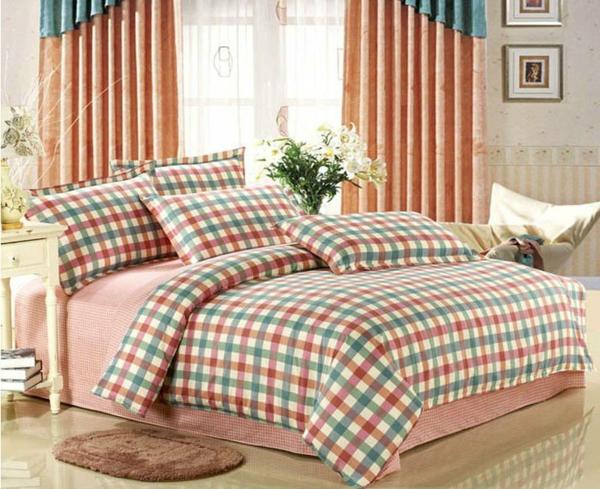 schlafzimmer mit bettwäschen und kissen in lustigen farbtonen