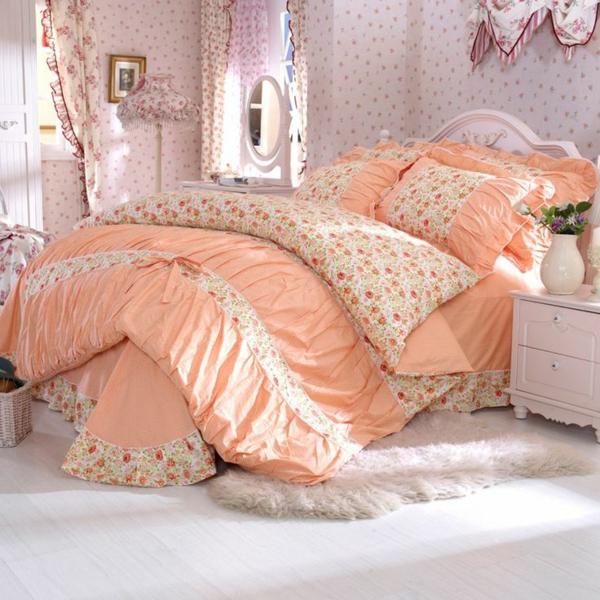 schlafzimmer mit einem bett mit bettwäschen und kissen in pfirsicher farbe