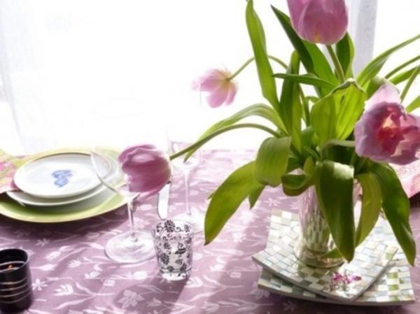 tisch mit lila tulpen und porzellan teller dekorieren- decke in lila