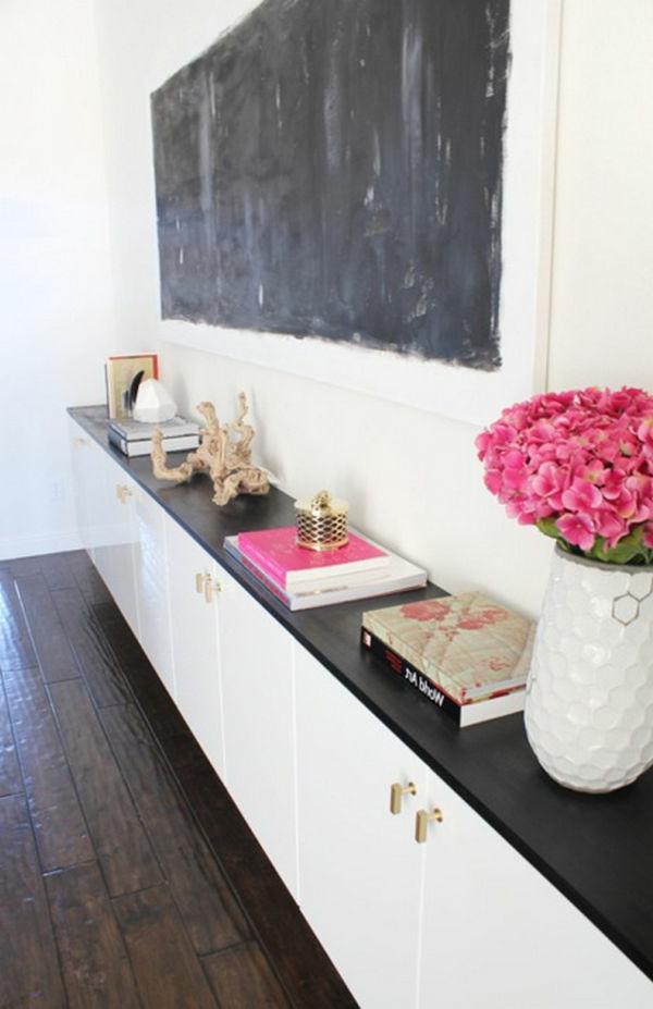 Auffällige Kreidetafel in Schwarz für eine kreative Wandgestaltung im Hausflur