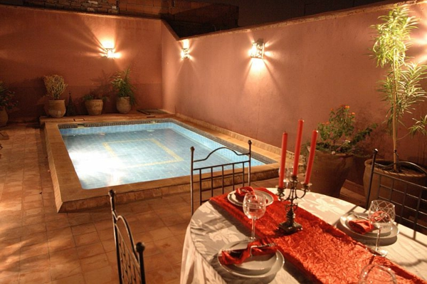 balkongestaltung mit einem schwimmpool und schönen leuchtern