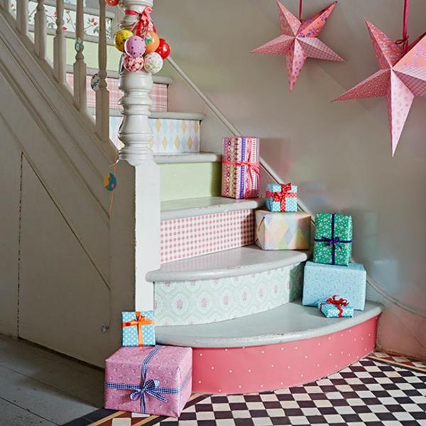 weiße treppen mit dekorativen sternen und geschenken füe eine moderne flrugestaltung
