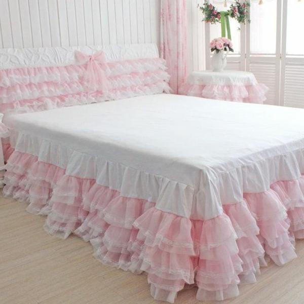 zärtliche atmosphäre im schlafzimmer mit einem bett mit weißen und rosigen bettbezügen