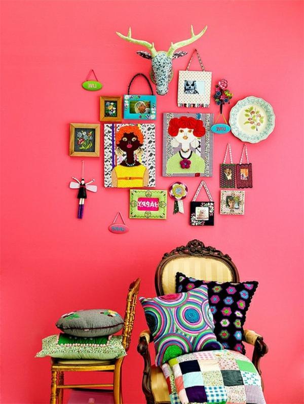 moderne wandgestaltung mit vielen dekoartikeln - grelle farben