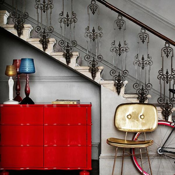 interessanter flurgestaltung mit vintage treppe und rotem schrank