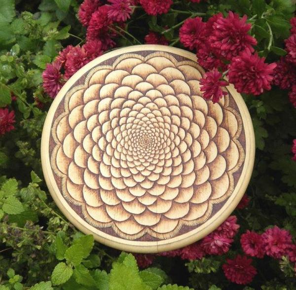 blumen und interessante dekorative elemente für ein rundes küchenbrett