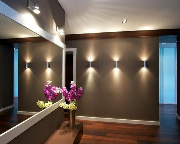 flurgestaltung -modernes spiegel mit buntern dekoblumen