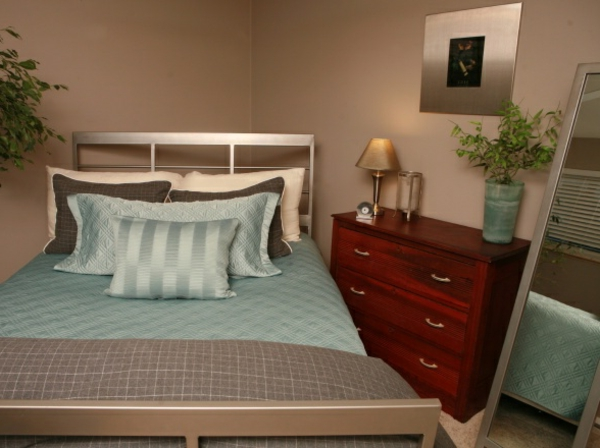 schlafzimmer mit einem luxus bett mit blauen bettbezügen