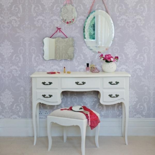 drei spiegel und ein schminktisch in weiß