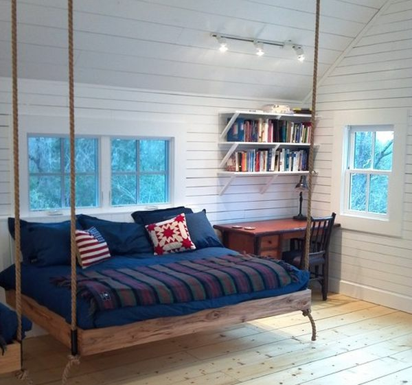 weiße wandgestaltung im schlafzimmer mit einem hängenden bett