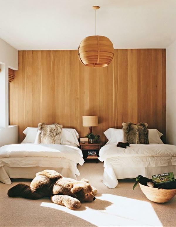 schlafzimmer mit zwei betten und einem großn plüschtier