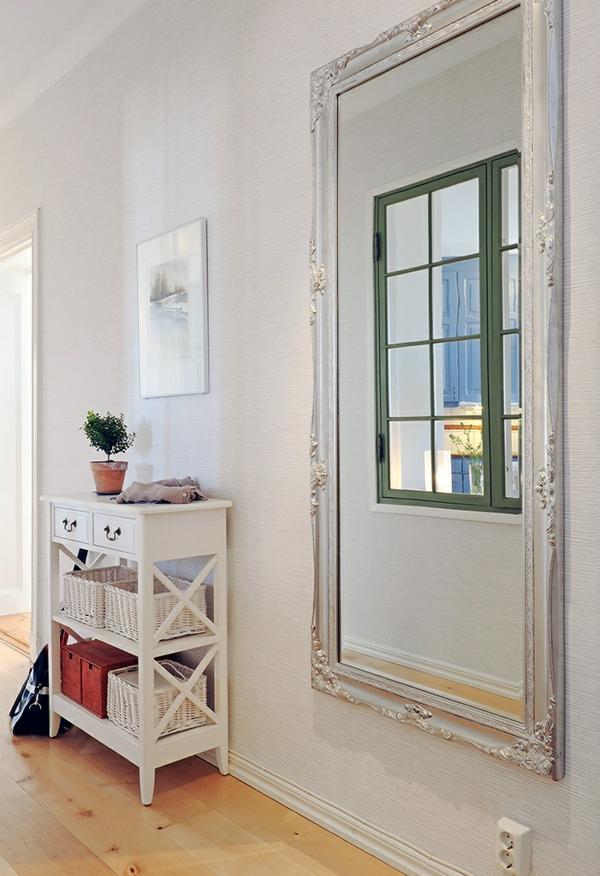 weiße gestaltung im flur mit einem großen luxus spiegel