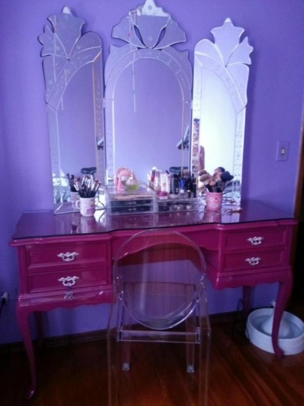 schminktisch im eleganten zimmer mit lila wandfarbe