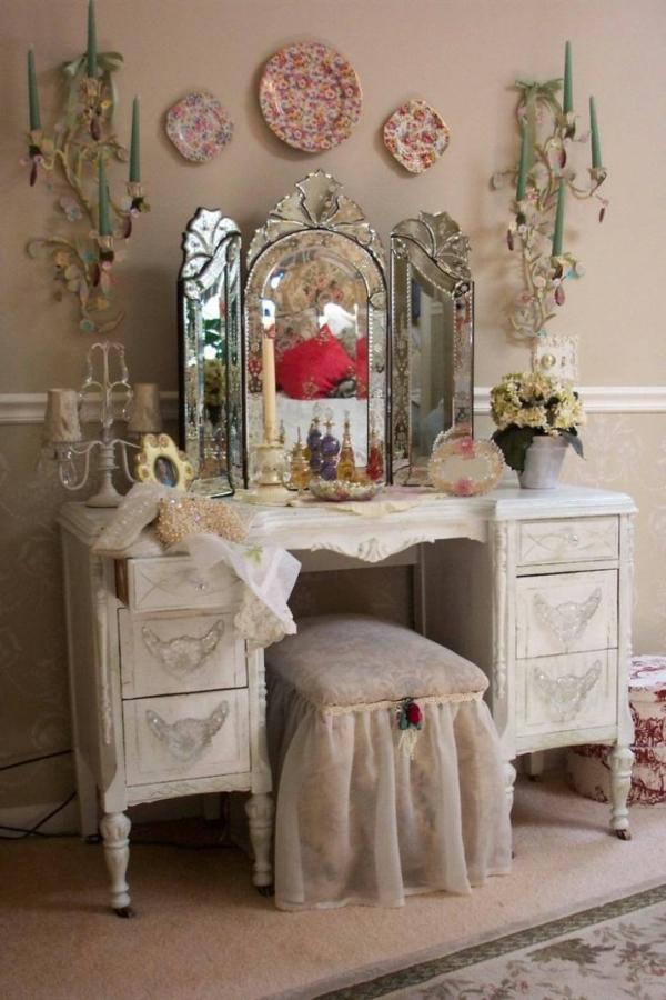 dekorative elemente im zimmer mit einem großzügigen spiegel design