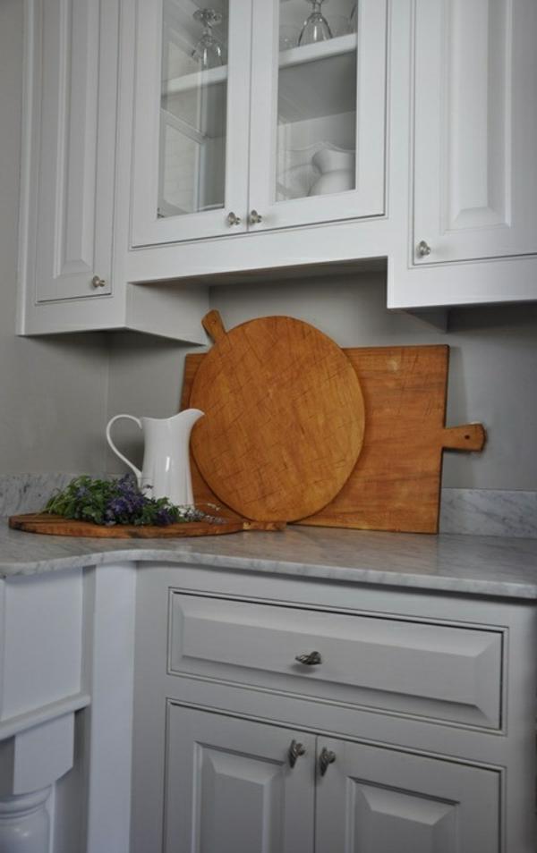 küche ausstattung mit schneidebrettern unterschiedlicher form