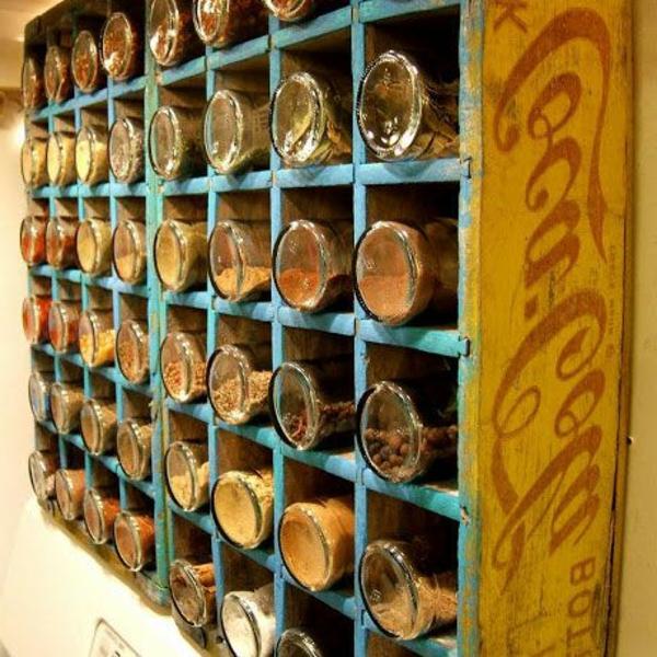 alter coca cola kasten mit vielen abteilungen für gewürze