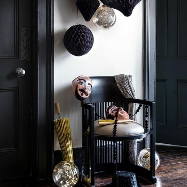 flur schön gestalten - schwarze dekoartikel und weiße wände