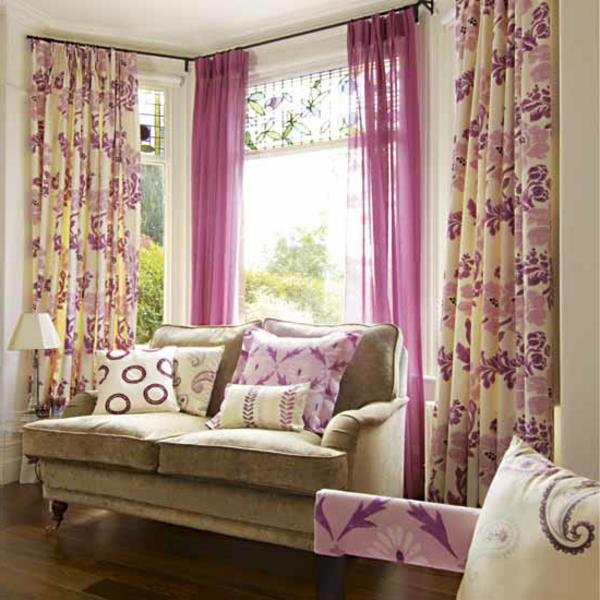Vorhänge in rosigen Farben für ein gemütliches und modernes Wohnzimmer