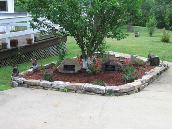 Steingarten Mit Wasserlauf Anlegen : steingarten mit einem baum, gras, weißer zaun
