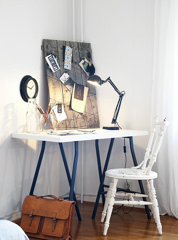 Tafel aus Holz im praktish ausgestatteten Arbeitszimmer
