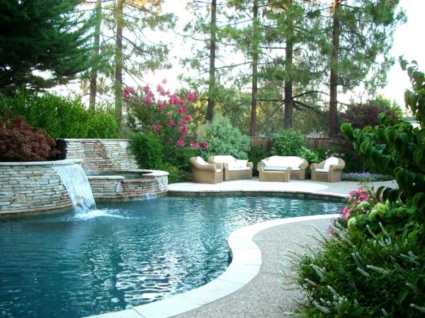 luxus garten mit vielen pflanzen und mit einem großen schwimmbad