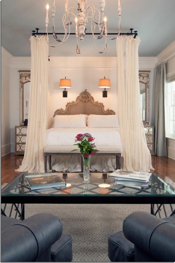 Luxus Bett mit originellen dekorativen Gardinen im Weiß