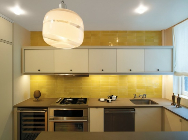 küchenrückwand aus gelben fliesen