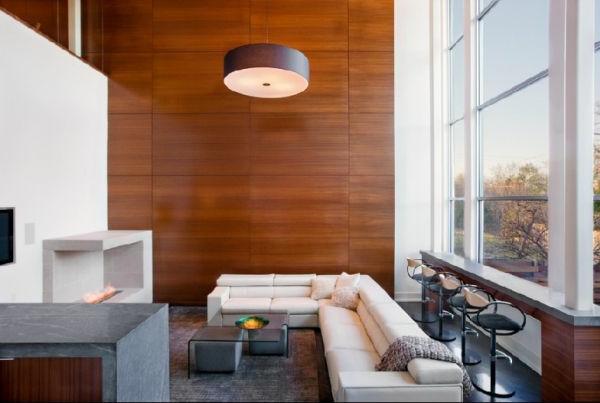 barhocher und große holzwand für ein modernes wohnzimmer