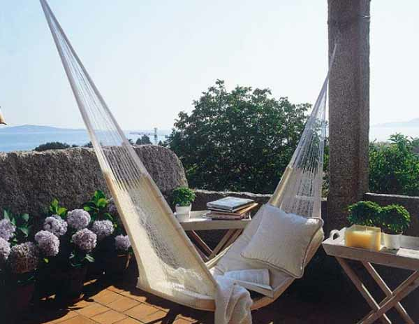 terrassengestaltung idee - weißer swing und natur