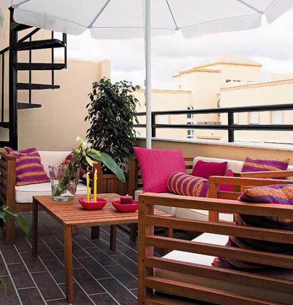 terrassendesign mit grellen dekokissen in violett