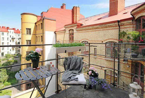 terrasse mit einem tisch aus bretter