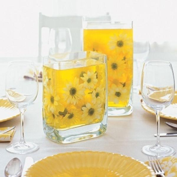 tisch schön dekorieren- vasen mit blumen - gelbe farbe- weiße tischdecke