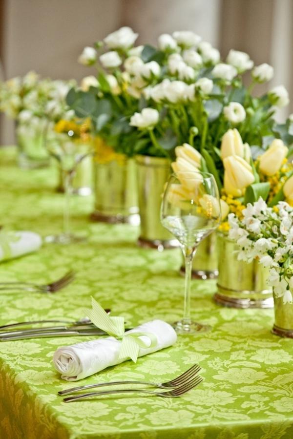grüne decke und viele hellfarbige blumen für moderne tischdeko