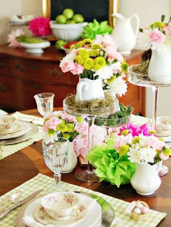 tisch mit glasvasen und vielen grellfarbigen blumen dekorieren