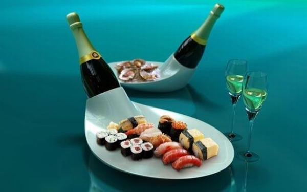 tisch mit eleganten porzellanteller modellen und gläsern schön gestalten