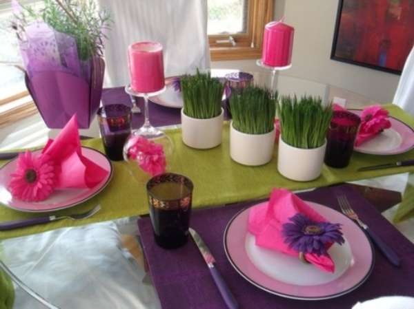 super schöne tischdeko - lila und rosige farbnuancen und grüne topfpflanzen