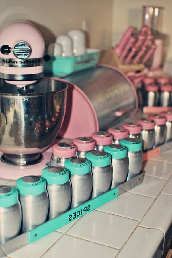 interessante küche gestaltung - gewürzbehälter in zwei schönen farben - rosa und türkis