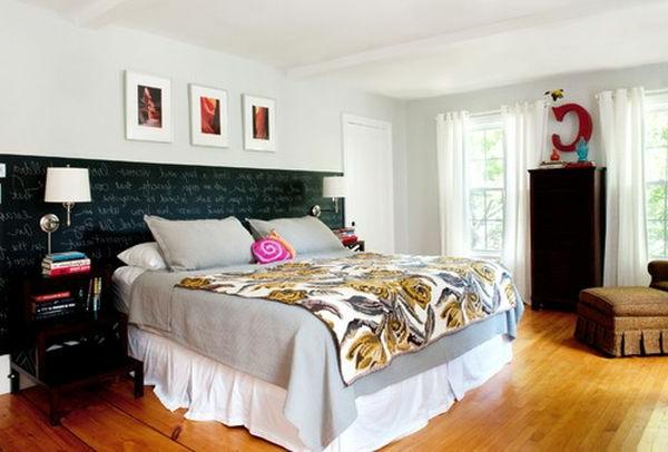 Bett mit einer Kreidetafel für ein interessantes Aussehen