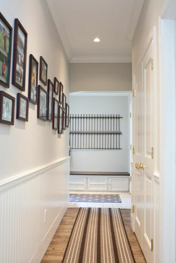 Moderner Hausflur mit weißer Wandgestaltung und kreativen Bilder Modellen