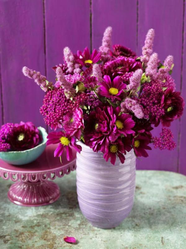 trendfarbe für 2014 - violett - blumen in vase und auf einer auflage