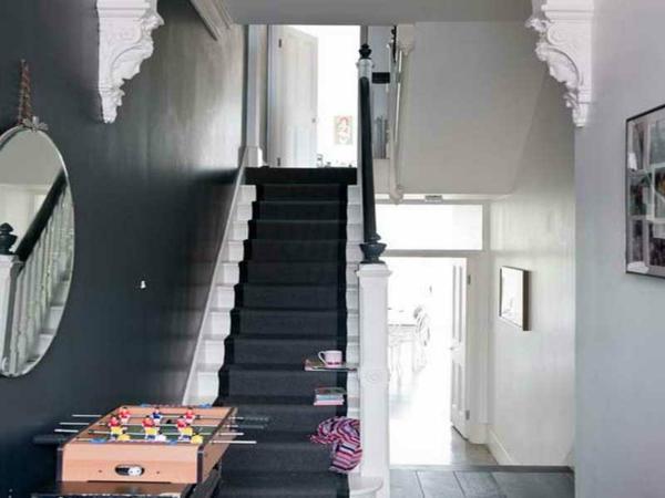 Flur Weiß Gestalten : flur modern gestalten  rundes spiegel und wandgestaltung in schwarz